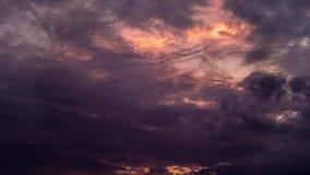 Nuvole scure con il tramonto dietro Cloudes del timelapse dell'inferno di alba con l'umore demonico stock footage