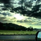 Nuvole scure terrificanti e luce del sole Fotografia Stock Libera da Diritti
