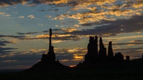 Nuvole soleggiate dinamiche ad alba di palo di totem Fotografia Stock