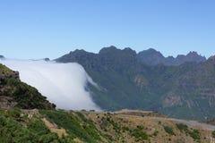 Nuvole sopra il maideira delle montagne Fotografia Stock