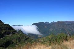 Nuvole sopra il maideira delle montagne Immagini Stock