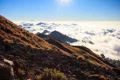Nuvole sopra la montagna alta Immagini Stock Libere da Diritti