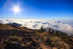 Nuvole sopra la montagna alta Fotografia Stock Libera da Diritti