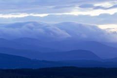 Nuvole sopra le montagne negli altopiani della Scozia immagine stock