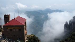 Nuvole su Santa Maria de Montserrat Abbey fotografia stock libera da diritti