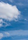 Nuvole su un cielo blu un giorno parzialmente nuvoloso Immagini Stock Libere da Diritti