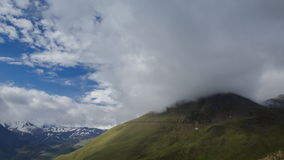 Nuvole sui pendii video d archivio