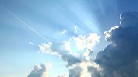 Nuvole sul cielo soleggiato video d archivio