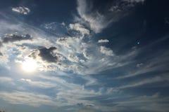 Nuvole sul fondo del cielo blu Sopravviva il cielo blu della natura con la nuvola ed il sole bianchi fotografie stock libere da diritti