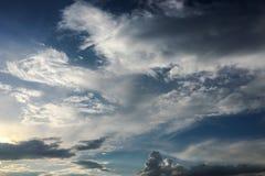 Nuvole sul fondo del cielo blu Sopravviva il cielo blu della natura con la nuvola ed il sole bianchi immagini stock