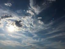 Nuvole sul fondo del cielo blu Sopravviva il cielo blu della natura con la nuvola ed il sole bianchi fotografia stock libera da diritti
