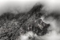 Nuvole sulla cima della montagna Immagini Stock Libere da Diritti