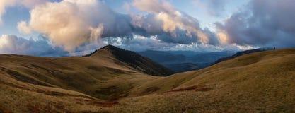 Nuvole sulla cresta Fotografia Stock