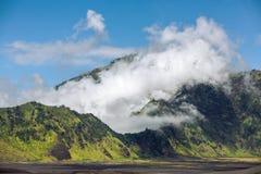 Nuvole sulla cresta della caldera del vulcano di Bromo del supporto, Fotografie Stock