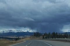 Nuvole tempesta/della pioggia sulla strada a Banff Immagine Stock Libera da Diritti