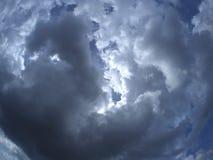 Nuvole tempestose sopra la montagna Immagini Stock