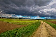 Nuvole tempestose sopra la strada della campagna Fotografia Stock Libera da Diritti