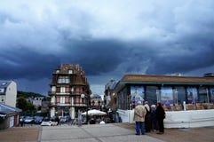 Nuvole temporalesche che si formano sopra la piccola città Etretat Normandia immagine stock libera da diritti