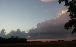 Nuvole torreggianti al tramonto fotografie stock