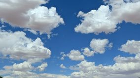 Nuvole in un chiaro lasso di tempo del cielo archivi video
