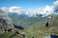 Nuvole, valle e città di Grindelwald in Svizzera Immagini Stock Libere da Diritti