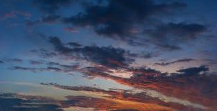 Nuvole variopinte del cielo blu drammatico di tramonto immagini stock libere da diritti