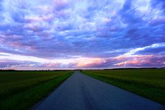 Nuvole variopinte prima del tramonto Fotografia Stock
