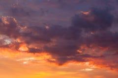 Nuvole vive ardenti del cielo di tramonto Immagini Stock