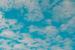 nuvoloso bianco e cielo blu fotografia stock