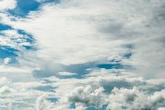 Nuvoloso e cielo blu Fotografie Stock