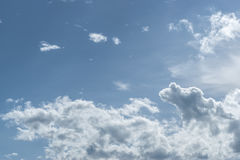 Nuvoloso e cielo blu Immagine Stock