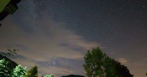 Nuvoloso e Windy Timelapse Cielo notturno stellato Timelapse di bella notte stock footage