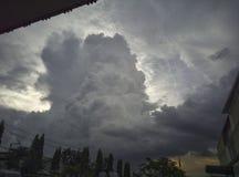 Nuvoloso nel cielo prima della pioggia immagine stock
