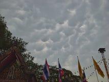 Nuvoloso prima di pioggia vicino al tempio tailandese, Hadyai, Tailandia Fotografia Stock