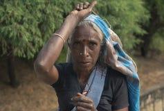 NUWARA ELIYA, SRI LANKA - 14 de janeiro: Fêmea do retrato da mulher da máquina desbastadora do chá na estrada perto da fábrica do Fotografia de Stock