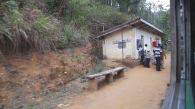 NUWARA ELIYA, SRI LANKA - EM MARÇO DE 2014: A vista do campo de Nuwara Eliya do trem movente O transporte railway cingalês vídeos de arquivo