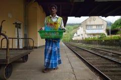 Nuwara Eliya, Sri Lanka, il 13 novembre 2015: Equipaggi la vendita del succo fresco sulla stazione ferroviaria di Nuwara Eliya Fotografia Stock