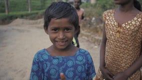 NUWARA ELIYA, SRI LANKA - JANUARI 15 2017: De slechte Indische bedelaarsmeisjes en de jongens op theeaanplanting, toerist geven g stock video