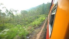 NUWARA ELIYA, SRI LANKA - MÄRZ 2014: Ansicht der Landschaft Nuwara Eliya vom beweglichen Zug Die Schienentransporte Sri Lankan stock video