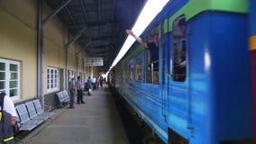 NUWARA ELIYA, SRI LANKA - MÄRZ 2014: Ansicht einer Bahnstation in Nuwara Eliya, während Zug ankommt Das Eisenbahn Sri Lankan tran stock video footage