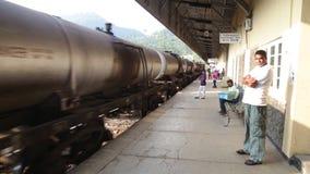NUWARA ELIYA, SRI LANKA - MÄRZ 2014: Ansicht einer Bahnstation in Nuwara Eliya, während Zug ankommt Das Eisenbahn Sri Lankan tran stock video