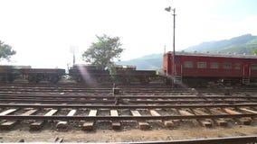 NUWARA ELIYA, SRI LANKA - MÄRZ 2014: Die Ansicht einer Bahnstation in Nuwara Eliya Die Schienentransportmillionen Sri Lankan von  stock video footage