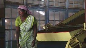 NUWARA ELIYA, SRI LANKA - MÄRZ 2014: Lokale Frau, die an einer Maschine in der Teefabrik in Nuwara Eliya arbeitet Sri Lanka ist d stock video