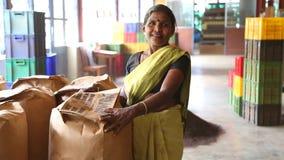 NUWARA ELIYA, SRI LANKA - MÄRZ 2014: Porträt der Frau arbeitend in der Teefabrik in Nuwara Eliya Sri Lanka ist das fourt der Welt stock footage