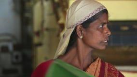 NUWARA ELIYA, SRI LANKA - MÄRZ 2014: Porträt einer lokalen Frau, die in der Teefabrik in Nuwara Eliya arbeitet Sri Lanka ist die  stock footage