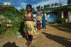 Nuwara Eliya, Sri Lanka, o 11 de novembro de 2015: Vestir da menina tradicional com as avós na vila Imagem de Stock Royalty Free