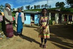 Nuwara Eliya, Sri Lanka, o 11 de novembro de 2015: Vestir da menina tradicional com as avós na vila Imagem de Stock