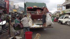 Nuware, Sri Lanka śmieciarska ciężarówka akceptuje oprócz odpady od miejscowych - 2019-03-27 - zbiory wideo