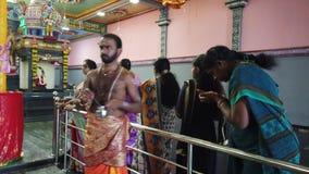 Nuware, Sri Lanka - 2019-03-26 - Hindoese Tempelsupplianten ontvangt Zegen van Priester stock videobeelden