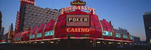 佛瑞蒙赌博娱乐场和霓虹灯广告全景在黄昏在拉斯维加斯, NV 图库摄影